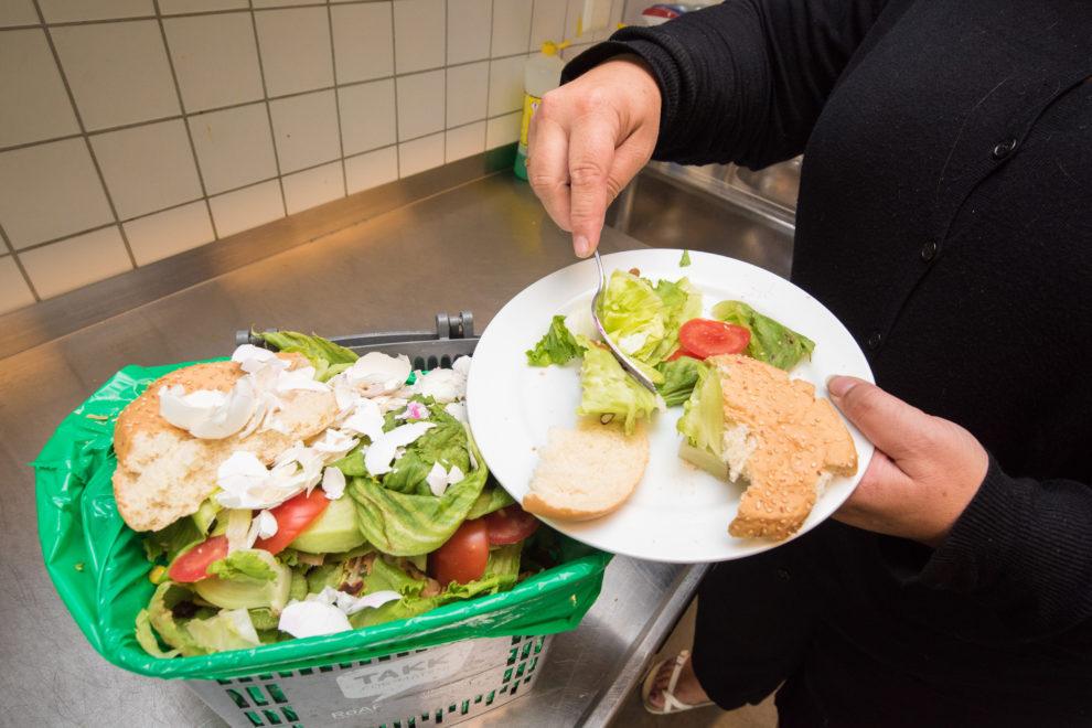 Skraper matavfall av tallerken